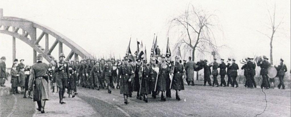 Das Militär zieht in Dorsten ein - mit Fahnen und Musik über die Brücke